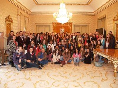 Los finalistas, sus profesores y acompañantes en el salón de autoridades del Ayuntamiento de Salamanca